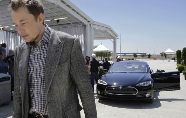 FILE - In this Friday, June 22, 2012 file photo, Tesla CEO Elon Musk walks past the Tesla Model S after a news conference at the Tesla factory in Fremont, Calif. Five states are on the short list for a $5 billion factory that Tesla Motors plans to build so it can crank out batteries for a new generation of electric cars. The package of economic incentives that each state offers will help determine where Tesla builds the factory ó Nevada, California, Texas, Arizona or New Mexico. Tesla CEO Elon Musk has said the winning state will shoulder about 10 percent of the total cost, meaning at least $500 million worth of incentives.  (AP Photo/Paul Sakuma, File) / TT / kod 436