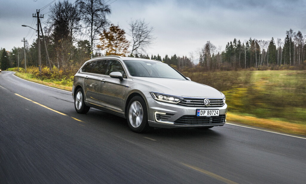 LADBAR STJERNE: Volkswagen tok en kraftig revansj i august etter en svak forsommer, og ikke bare på grunn av bestselgeren Golf. Også Passat, på andreplass på modelltoppen etter VW Golf, selger bra takket være den ladbare GTE (bildet). Foto: Jamieson Pothecary