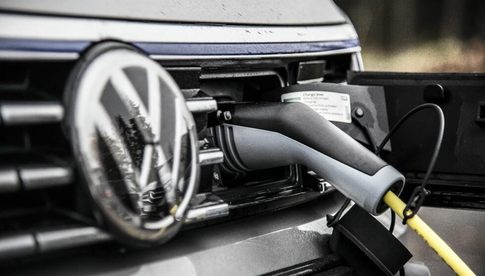 ØKER: Totalt sett øker salget av ladbare biler i Sverige. Den ladbare hybriden VW Passat GTE (bildet) ble kjøpt av 3.800 svensker i 2016. Men elbilsalget flatet ut.  Foto: Jamieson Pothecary/Autofil
