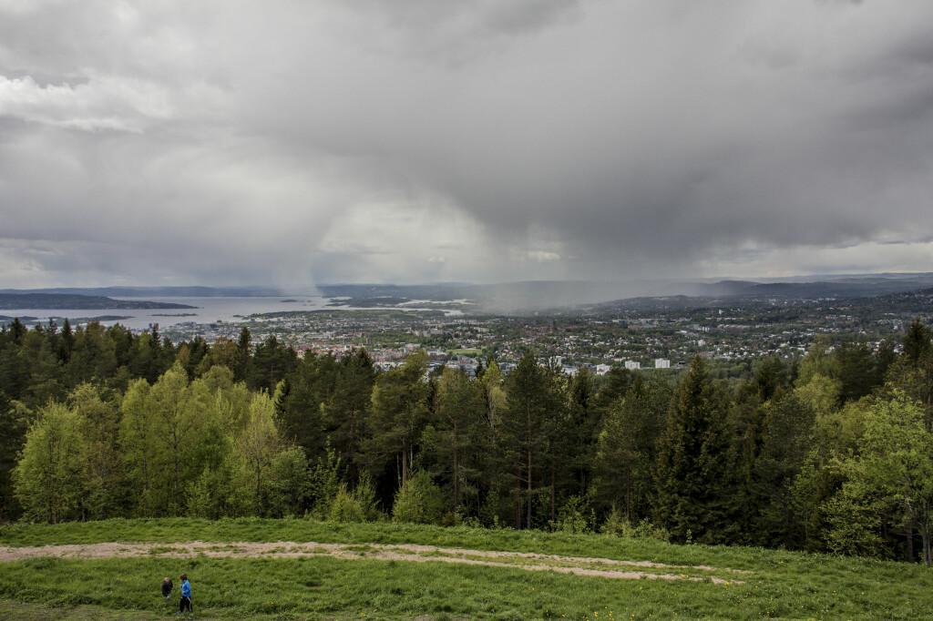 EKSTREMT OG LOKALT: Regnbyger i vestlige Oslo sett fra Ekebergåsen. Bildet er fra mai 2015. Foto: IF