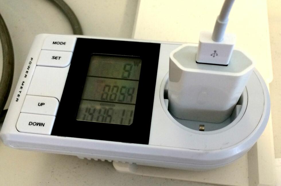 MÅLEREN: For 200 kroner kan du se hvor mye strøm hver enkelt av apparatene du har i huset bruker. Her måler vi lading av en iPhone. Foto: TORE NESET