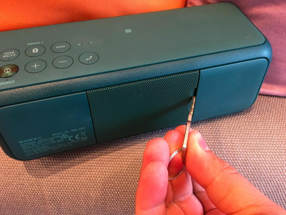 SITTER FAST: Sannsynligvis er det gummiforingen på innsiden som er årsaken til at vi sjelden klarer å åpne bakluken med fingrene. Da er det greit å ha en nøkkel for hånden. Foto: BJØRN EIRIK LOFTÅS