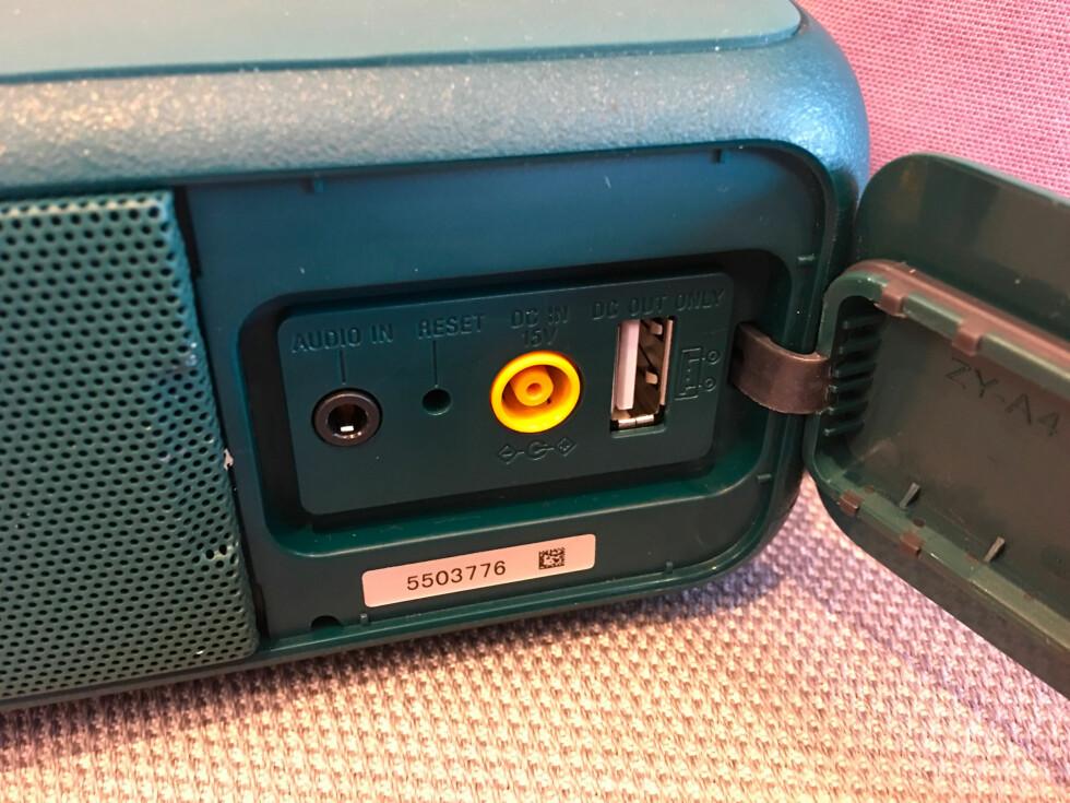NØDLADER: USB-porten er det mest positive med det du finner bak luken.  Foto: BJØRN EIRIK LOFTÅS