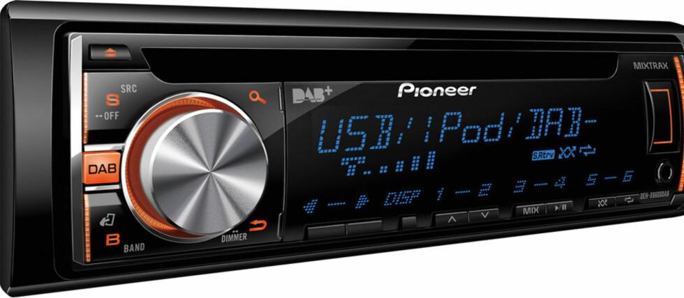 FERDIG ENHET: DAB+-radioene går greit inn i braketten i dashbordet på mange biler. Foto: PIONEER