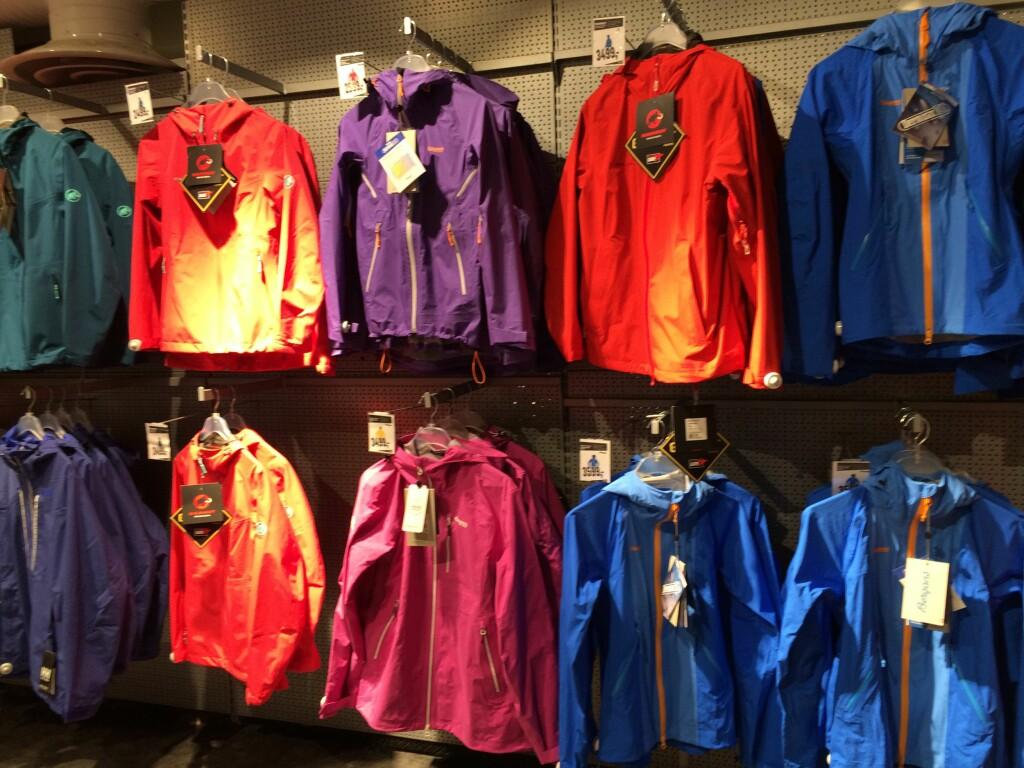 GODT UTVALG: Det finnes utallige merker og prisklasser innen regntøy. Foto: Tore Neset