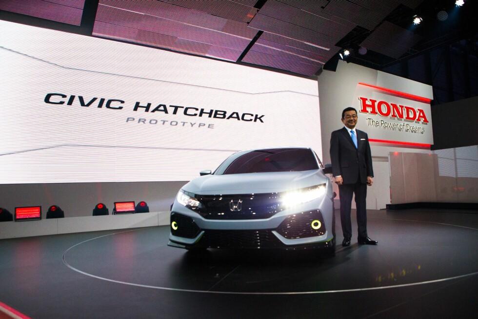 <strong><b>AVSLØRT I MARS:</strong></b> Hondas toppsjef Takahiro Hachigo avduket den nye Honda Civic Hatchback med ekstrabetegnelsen Prototype på bilutstillingen i Genève tidligere i år. Foto: HONDA