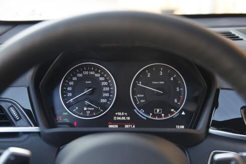 GAMMELDAGS? I motsetning til Tiguan velger BMW å ha det klassiske instrumentpanelet. Foto: ESPEN STENSRUD