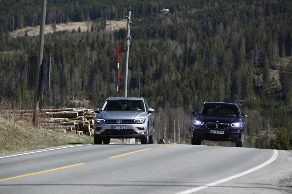<b>DUELL:</b> Det er knyttet stor spenning til testen når vi legger ut på tur. Har BMW utbedret nok til å gå av med seieren?  Foto: ESPEN STENSRUD