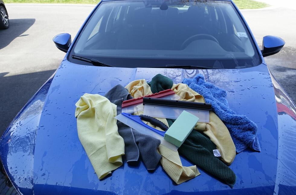 TØRK BILEN REN: Det lønner seg alltid å tørke bilen etter vask. På den måten slipper du rennemerker og er sikker på at bilen blir skinnende ren.  Foto: RUNE NESHEIM
