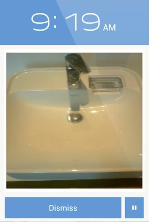 KOM DEG OPP: Hva med å ta bilde av vasken for å slå av alarmen? Det burde sikre at du ikke sovner igjen.