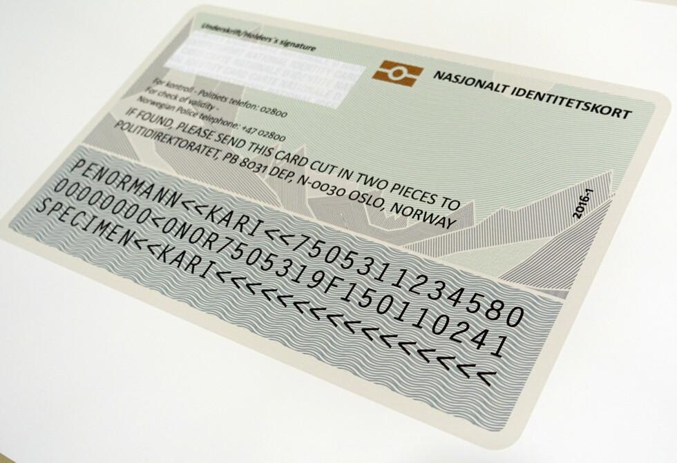 ALT DU TRENGER INNENFOR SCHENGEN: Slik blir baksiden på det nasjonale ID-kortet. Du skal kunne bruke kortet til reisen innenfor Schengen-området, og vil der ikke trenge pass. Foto: KRISTIN SØRDAL