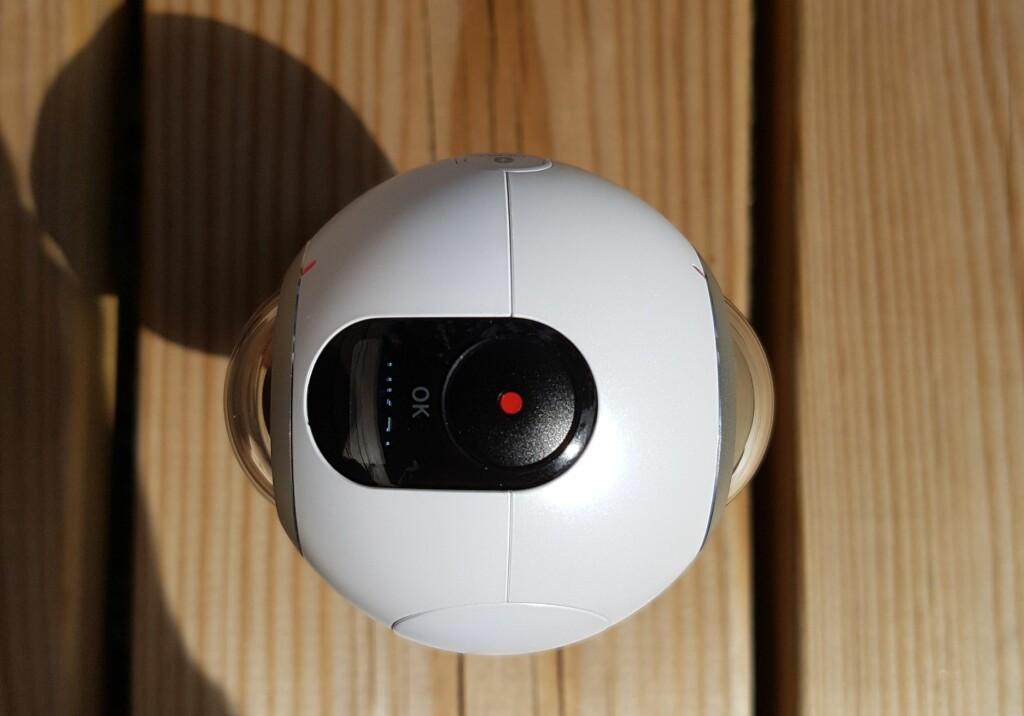 2X: Gear 360 har et kamera på hver side, der hvert kamera fanger 180 grader. Resultatet blir bilder der du kan titte deg rundt i alle retninger. Foto: PÅL JOAKIM OLSEN