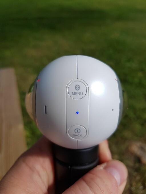 ENKELT: Du finner tre knapper på Gear 360. To av dem ser du på bildet, mens den siste sitter på toppen. Foto: PÅL JOAKIM OLSEN