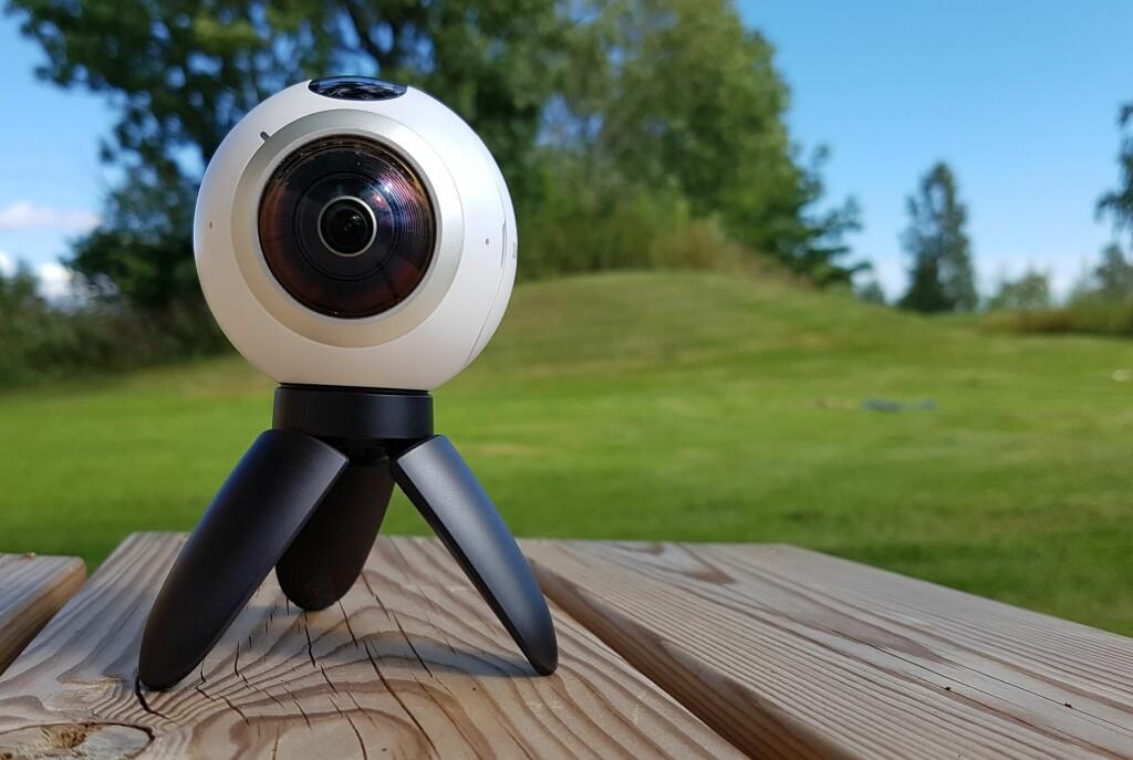 <strong>ETT FORAN OG ETT BAK:</strong> Samsung Gear 360 kan, som navnet tilsier, filme og ta bilder i 360 grader. Foto: PÅL JOAKIM OLSEN