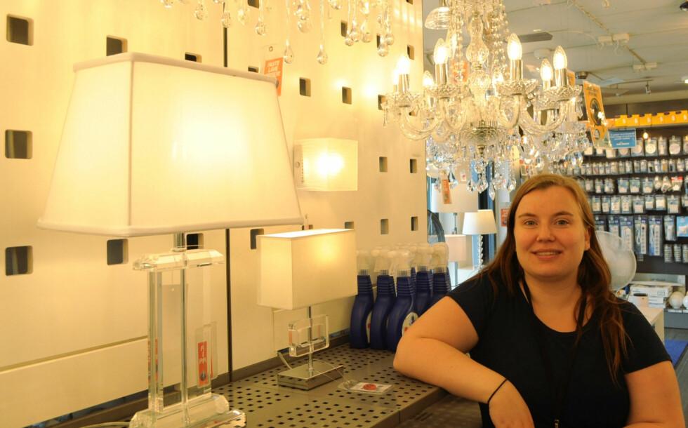 BARE LED: Charlott Pedersen selger nesten bare LED-lamper og LED-pærer. Foto: TORE NESET