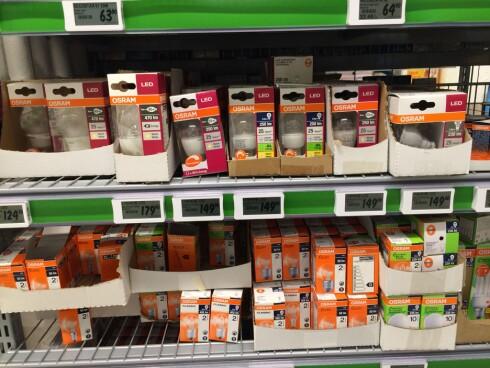 I HYLLENE: I dagligvarebutikkene selges det beskjedent med LED i forhold til eldre og mindre energieffektive pærer. Foto: TORE NESET