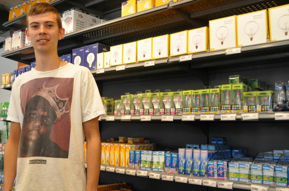 UTVALG: Fredrik Granli hos Lampemagasinet på Alnabru i Oslo veileder kundene som vil erstatte halogen-pærer med LED. Foto: TORE NESET
