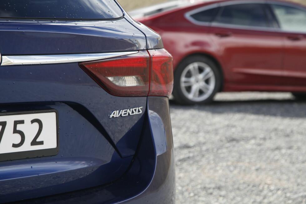 KAMP OM KUNDENE: I mellomklassen er det tøff kamp om kundene. Hvilken er best av Ford Mondeo og Toyota Avensis? Foto: KNUT ARNE MARCUSSEN