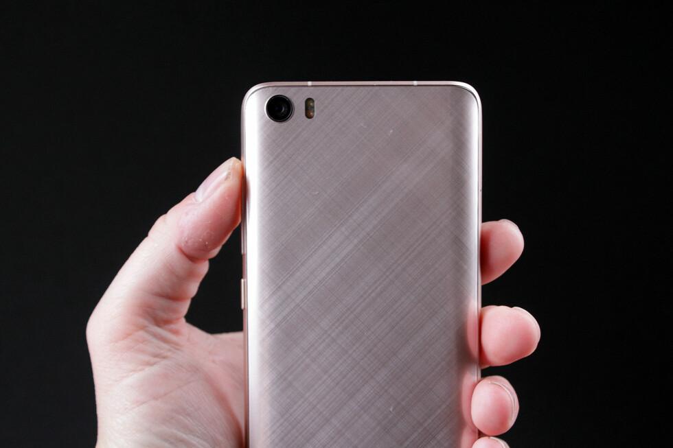 RUTETE: Glasset på baksiden ligger over diagonalt børstet aluminium, som gir et eksklusivt preg. Foto: PÅL JOAKIM OLSEN