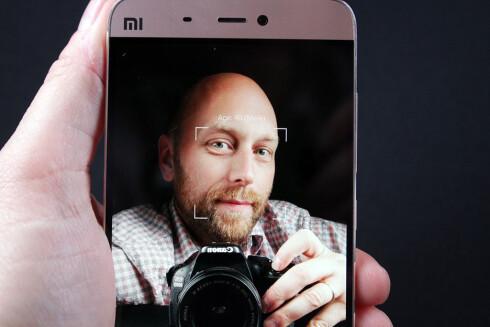 GJETTER: Det er riktignok fire måneder til jeg fyller 40, men selfie-kameraet til Xiaomi Mi 5 er god på å gjette alderen på den som tas bilde av. Foto: PÅL JOAKIM OLSEN
