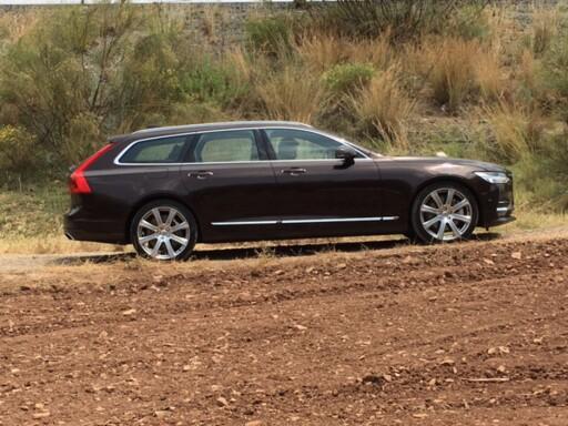 SKILLER SEG UT: I en tid hvor biler blir mer og mer like, skiller V90 seg bra ut. Foto: KNUT ARNE MARCUSSEN