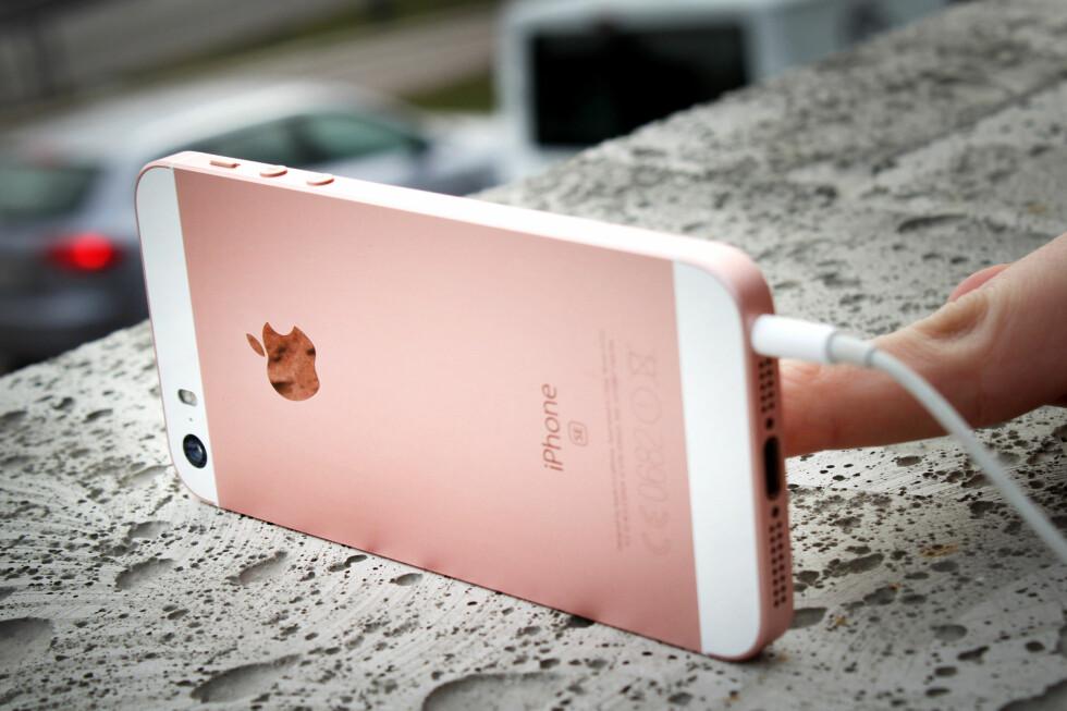 <strong><b>INNEBYGD KAMERASTATIV:</strong></b> Noe av det smarteste med denne designen er at du kan sette telefonen på siden når du skal ta selfies eller gruppebilder. Foto: OLE PETTER BAUGERØD STOKKE