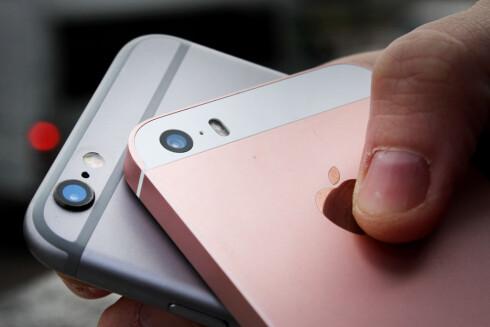 IKKE NOE UTSTIKKENDE KAMERA: iPhone SE har samme kamera bak som iPhone 6S, men det stikker ikke ut som på sistnevnte. Foto: OLE PETTER BAUGERØD STOKKE