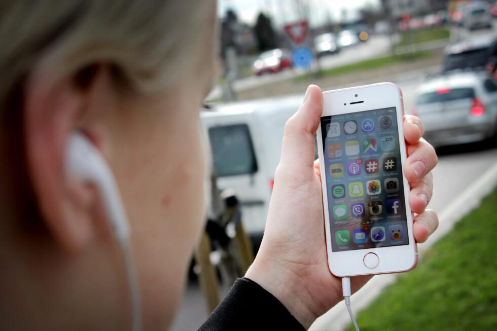 <strong><b>NOE GAMMELT, NYE NYTT:</strong></b> iPhone SE ser ut som en gammel telefon, men gjør jobben som en ny. Nå er endelig prisen noe å snakke om også. Foto: OLE PETTER BAUGERØD STOKKE
