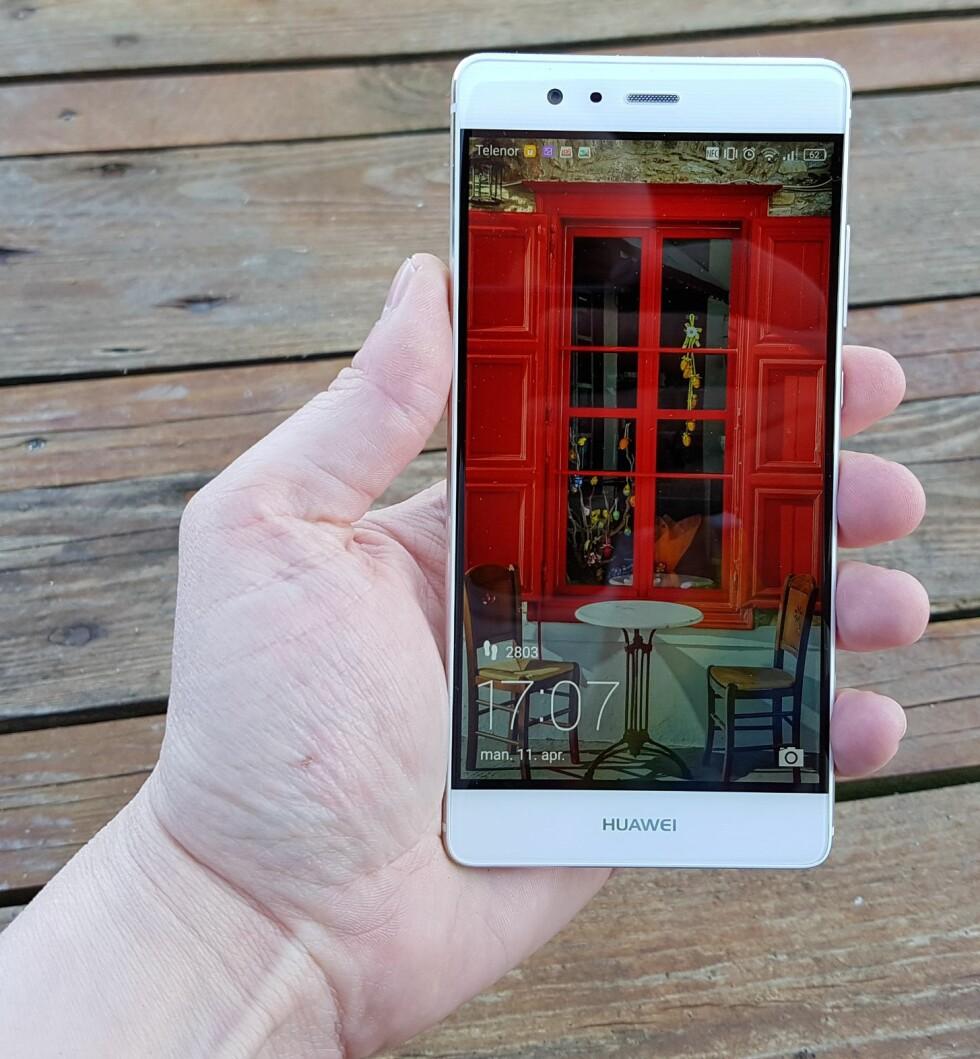 ULIKT HVER GANG: Om du vil, kan du få et nytt bilde på låseskjermen hver gang du tenner den. Bildene fra Huawei har god kvalitet. Foto: PÅL JOAKIM OLSEN