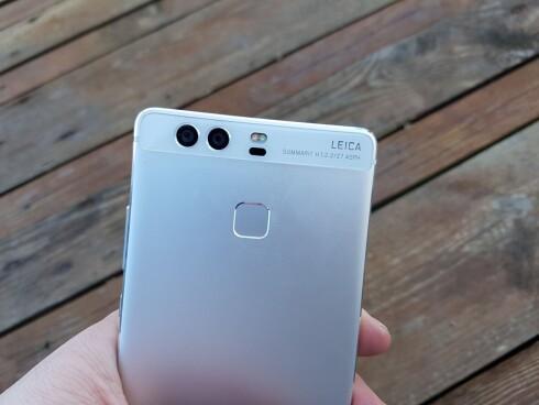 2X: Huawei P9 har to kameraer på baksiden; ett som fanger farger og ett som fanger sort/hvitt. Foto: PÅL JOAKIM OLSEN