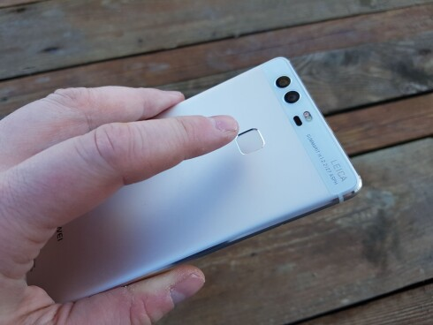 PÅ BAKSIDEN: Mange telefoner har nå plassert fingeravrtykksleseren på baksiden av telefonen. Det liker vi godt. Foto: PÅL JOAKIM OLSEN