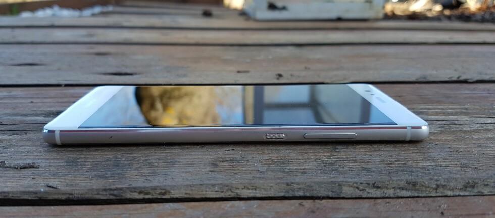 LEKKER: Huawei P9 er laget i aluminium, mindre enn 7 millimeter tykk og fremstår svært delikat. Foto: PÅL JOAKIM OLSEN