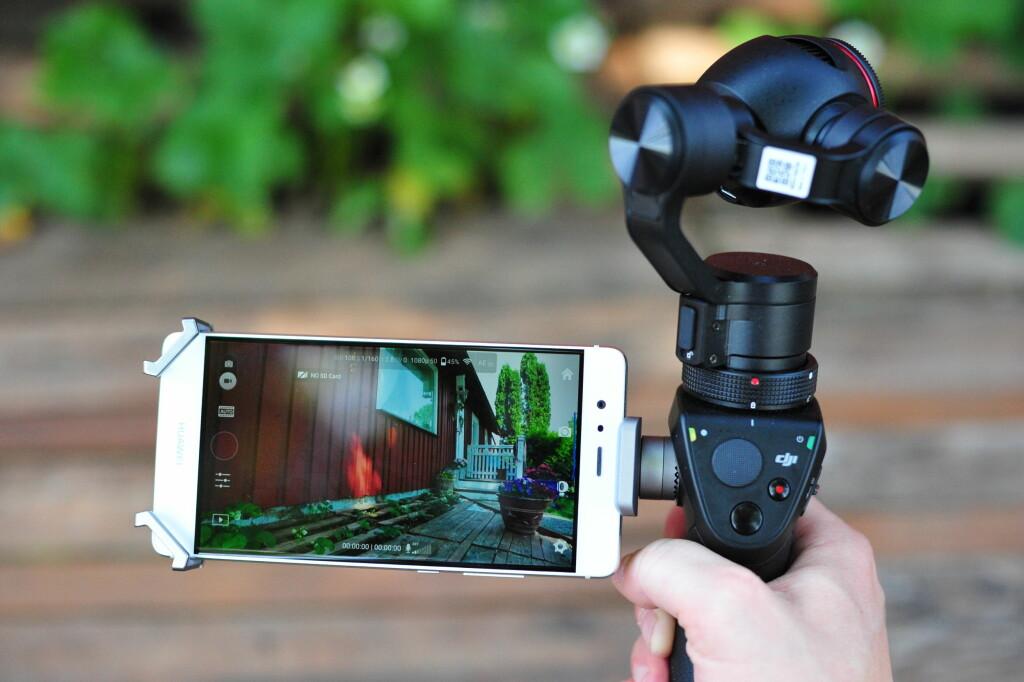 MED MOBILEN: Du kan filme uten, men det anbefales sterkt å bruke en mobiltelefon, slik at du kan se hva du filmer. Foto: PÅL JOAKIM OLSEN