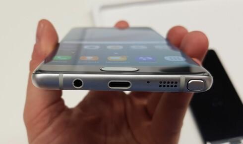 HAR BEGGE: Samsungs nye Galaxy Note 7 har USB-C-kontakt, men har også den gode, gamle lydutgangen. Foto: PÅL JOAKIM OLSEN
