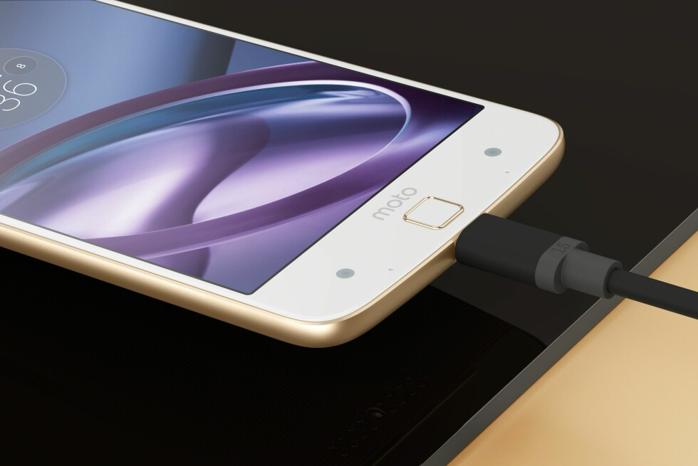 IKKE BARE APPLE: Lenovos Moto Z-telefon, lansert tidligere i sommer, har heller ikke noen lydutgang. Vil resten av bransjen følge etter? Foto: MOTOROLA