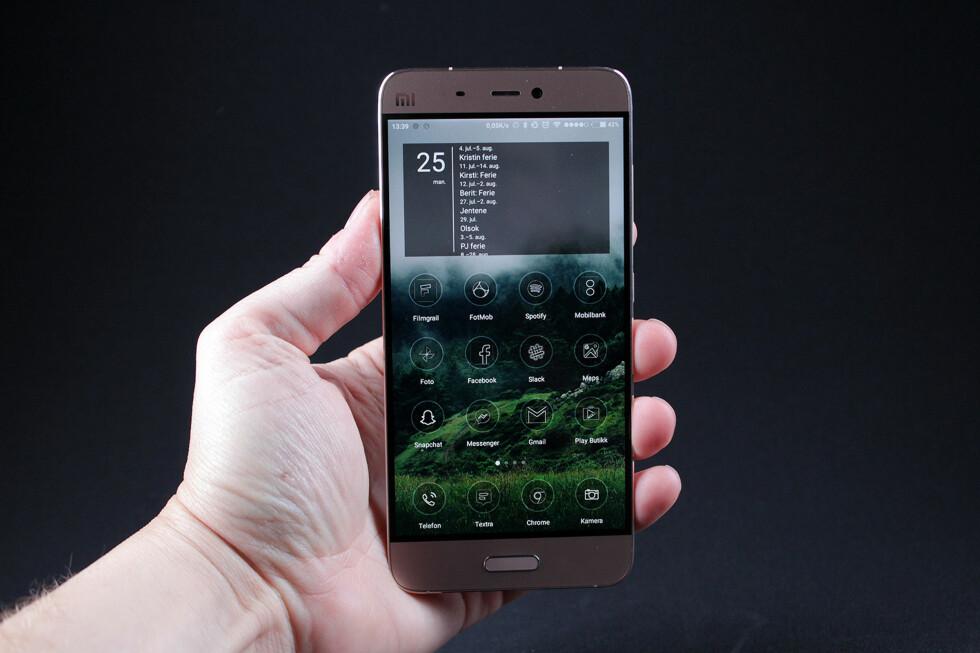 ELEGANT: Xiaomi Mi 5 er i våre øyne en svært elegant telefon, som man i tillegg kan gjøre mer elegant via en egen tema-app. Foto: PÅL JOAKIM OLSEN