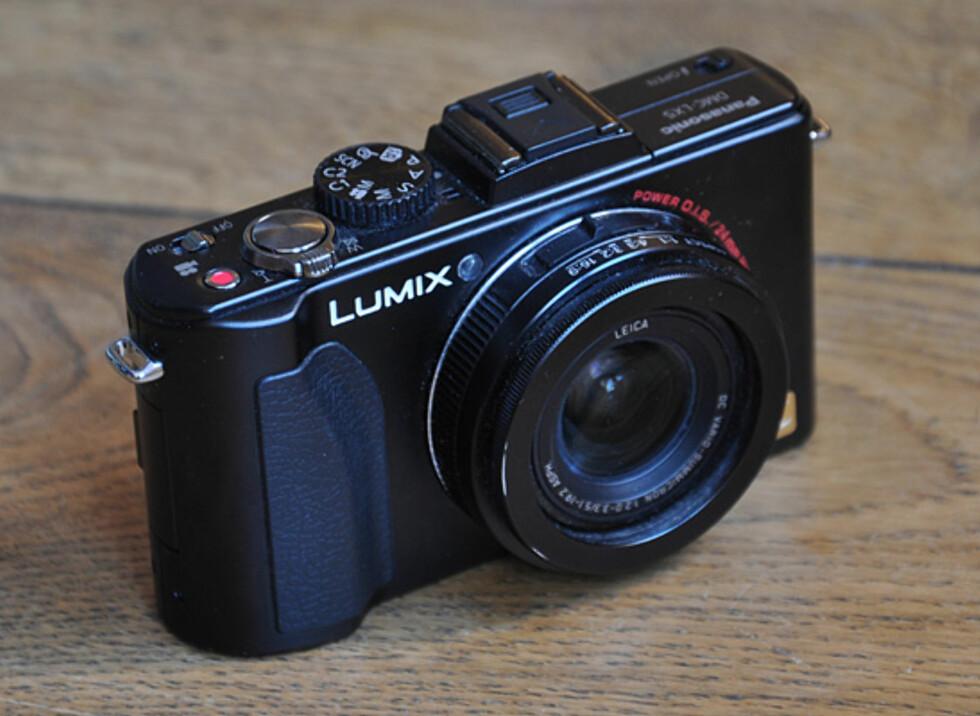 Panasonix LX5 er relativt lite, i hvert fall til å være blant de mer avanserte kompaktkameraene på markedet. Foto: Pål Joakim Olsen