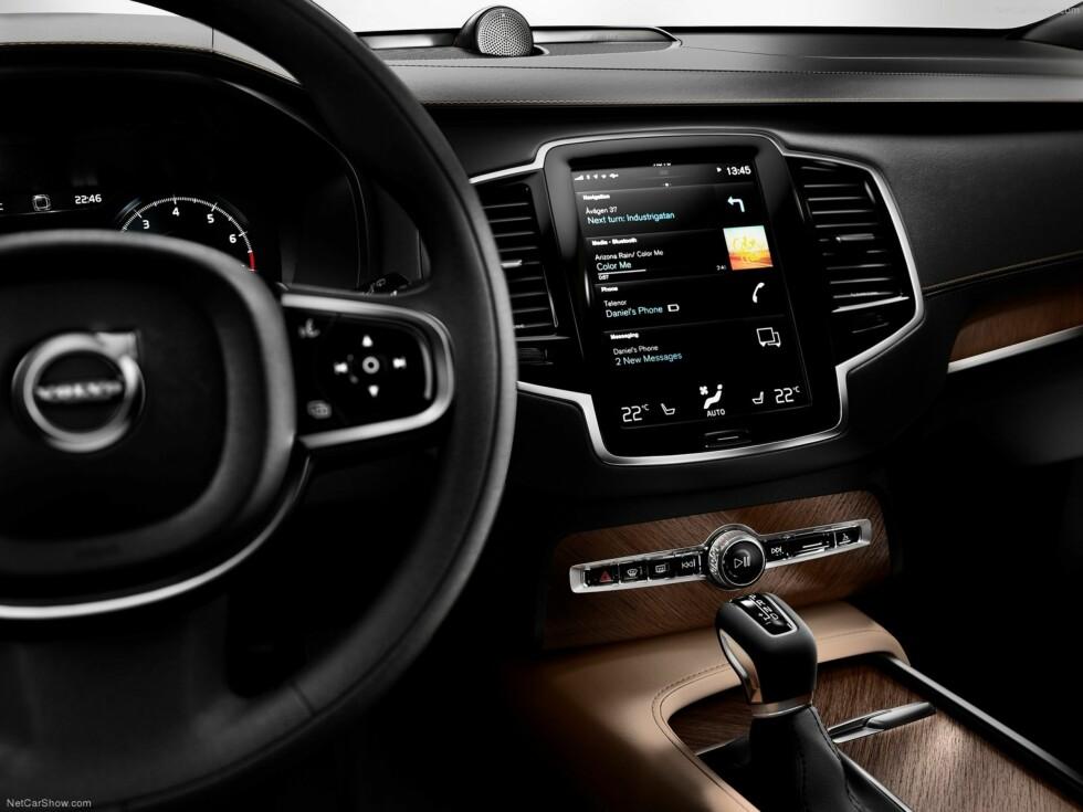 NESTEN KNAPPELØS:  En 13-tommers touch-skjerm dominerer interiøret i den nye Volvo XC90. Alt tyder på at lillebror XC60 får samme løsning. Foto: Volvo