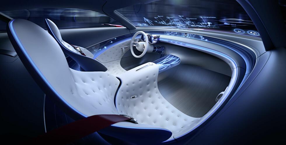 COOL: Mens utvendig design er ment å være «hot», skal interiøret være tilsvarende «cool». Frontruten er i nedre kant et informasjonsdisplay i full bredde. Foto: Daimler AG