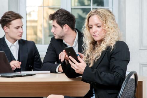 KJEDELIG MØTE? Mange blir etter alt å dømme innkalt på møter som er lite relevante for dem. Da er det lett å fiske fram mobilen. Foto: SHUTTERSTOCK/NTB SCANPIX