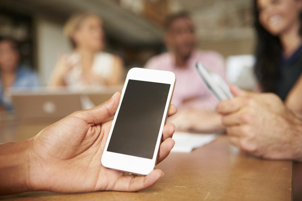 MOBILSURFING - NEI TAKK: Selv om du tilsynelatende ikke forstyrrer noen med mobilbruken din, gjør det noe med energien på et møte, hevder Erik Lerdahl. Foto: SHUTTERSTOCK/NTB SCANPIX