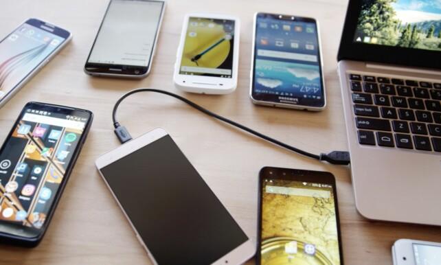 USB: Du kobler mobilen til Superbook med en USB-kabel. Da lades for øvrig mobilen i samme slengen.