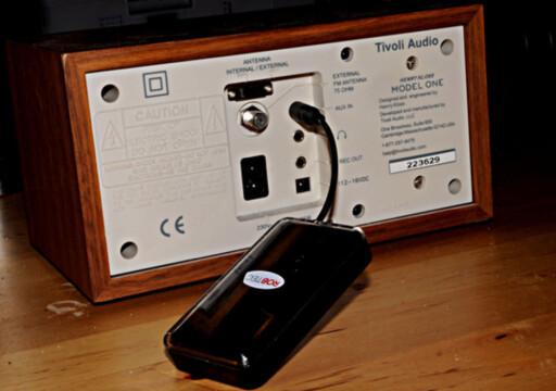 MED GAMMEL RADIO: Så lenge radioen har lyd-inngang kan du som her bruke en trådløs Bluetooth-adapter. Foto: TORE NESET