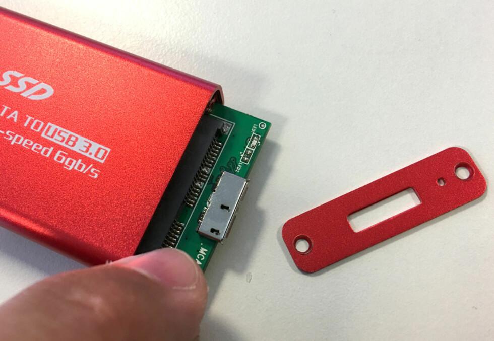 UT MED INNMATEN: SSD-en skal festes til et kort som sitter inni kabinettet. Foto: BJØRN EIRIK LOFTÅS