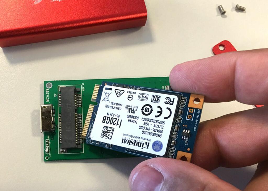 KLIKK PÅ PLASS: Skyv kontaktene inn i sporet og klikk SSD-en på plass ... Foto: BJØRN EIRIK LOFTÅS
