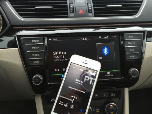 STRØMMING ER OGSÅ DIGITALRADIO: Du trenger ingen DAB-radio for å lytte til digitale radiosendinger. Du kan for eksempel strømme nettradio via mobilen. Har du en bilstereo med AUX eller Bluetooth, kan du få lyden over høyttalerne i bilen.  Foto: RUNE NESHEIM