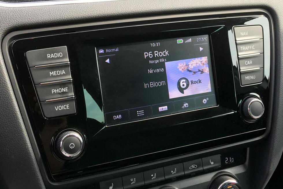 DAB I BILEN: DAB+ gir deg tilgang til langt flere riksdekkende kanaler enn FM-båndet. Nye biler blir som regel levert med DAB-radio. Denne sitter i en Skoda, og viser også tekst og grafikk som radiokanalen sender ut.  Foto: BJØRN EIRIK LOFTÅS