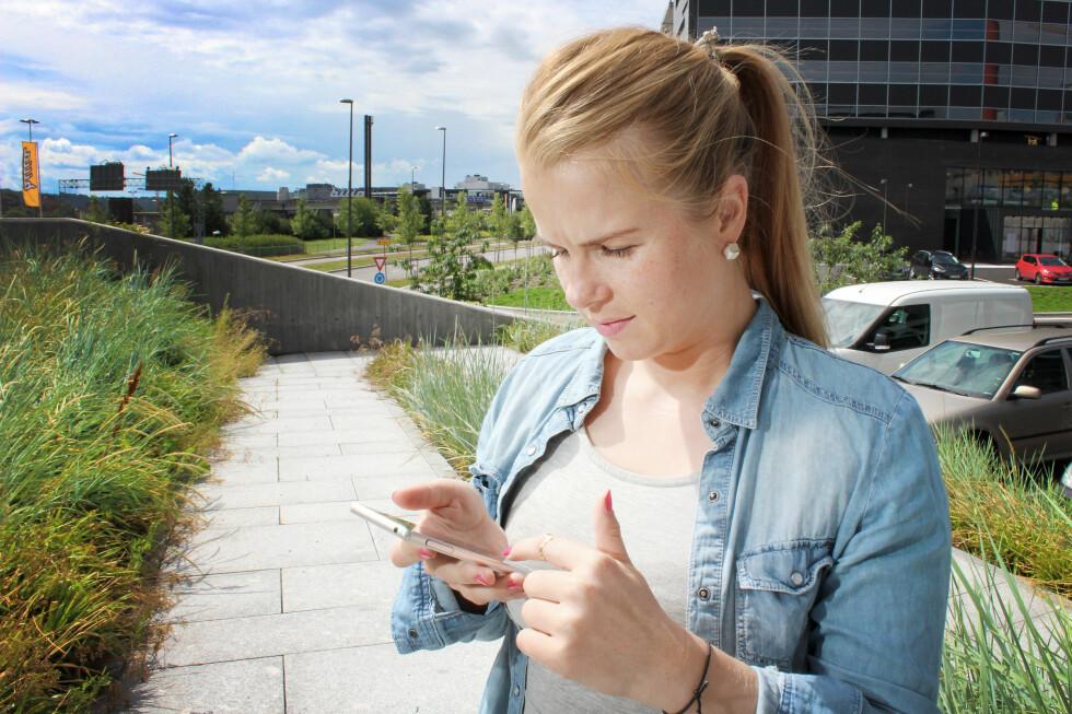 SKREMT: Merethe Hommelsgård har selv kvittet seg med gamle mobiler etter å ha nullstilt dem på vanlig måte. Framover skal hun være mer forsiktig.  Foto: OLE PETTER BAUGERØD STOKKE