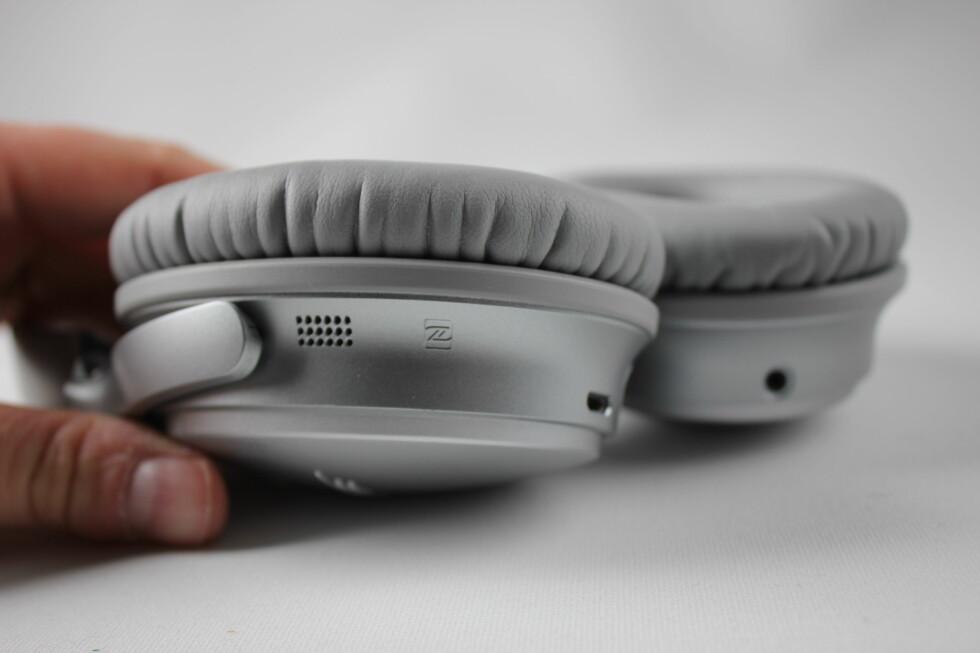 MIKROFONER: På utsiden av Bose QC35 sitter det mikrofoner som fanger opp lyden fra omgivelsene. Hodetelefonene genererer så de «omvendte» lydbølgene for å eliminere bakgrunnsstøyen. Foto: PÅL JOAKIM OLSEN