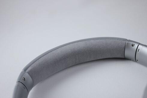 GNAGER IKKE: Bøylen på QC35 er dekket med alcantara, som kan minne om semsket skinn. Foto: PÅL JOAKIM OLSEN